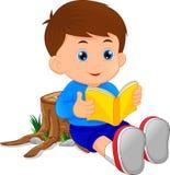 Libro de lectura lindo del niño pequeño Imagen de archivo