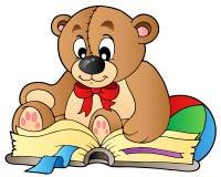 Libro de lectura lindo del oso de peluche Fotos de archivo libres de regalías