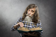 Libro de lectura mayor, ancianos de la educación del viejo hombre Fotos de archivo libres de regalías