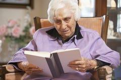 Libro de lectura mayor de la mujer Imagenes de archivo