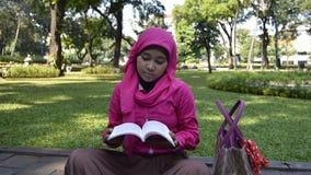 Libro de lectura musulmán del estudiante al aire libre Fotografía de archivo libre de regalías