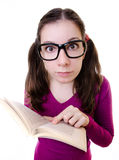 Libro de lectura Nerdy del estudiante de mujer joven Foto de archivo libre de regalías