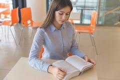 Libro de lectura para un examen Imagenes de archivo