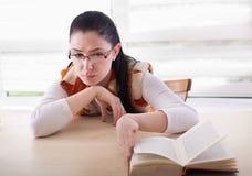 Libro de lectura parado muchacha agujereado Imagen de archivo libre de regalías