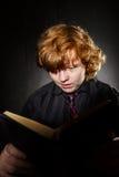 Libro de lectura pelirrojo pecoso del adolescente, concepto de la educación Fotos de archivo libres de regalías