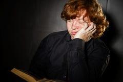 Libro de lectura pelirrojo pecoso del adolescente, concepto de la educación Foto de archivo libre de regalías
