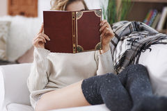 Libro de lectura por la mañana Foto de archivo libre de regalías