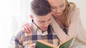 Libro de lectura precioso de los pares almacen de video