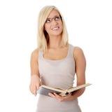 Libro de lectura rubio de la mujer Foto de archivo libre de regalías