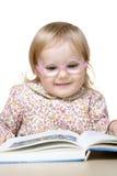 Libro de lectura sonriente de la muchacha Imagen de archivo