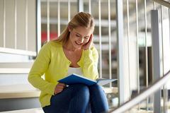 Libro de lectura sonriente de la muchacha del estudiante de la High School secundaria Imágenes de archivo libres de regalías