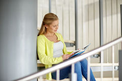 Libro de lectura sonriente de la muchacha del estudiante de la High School secundaria Fotos de archivo