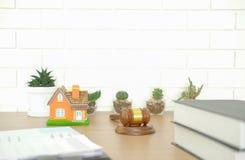 libro de ley del mazo del juez y modelo de la casa en el escritorio de madera propiedades inmobiliarias d foto de archivo libre de regalías