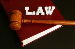 Libro de ley, y mazo Fotografía de archivo libre de regalías