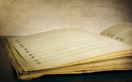 Libro de música Textured foto de archivo