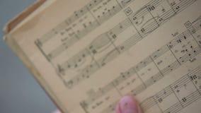 Libro de música viejo por completo de notas metrajes