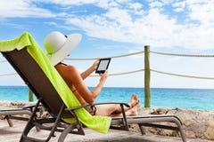 Libro de papel electrónico para la silla del sol Foto de archivo libre de regalías
