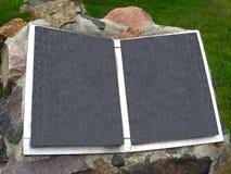 Libro de piedra en jardín delantero Imagenes de archivo