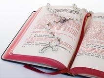 Libro de rezo con el rosario imagen de archivo