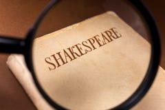 Libro de Shakespeare encendido a través de la lupa fotografía de archivo