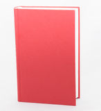Libro de tapa dura rojo en blanco aislado en el fondo blanco fotos de archivo