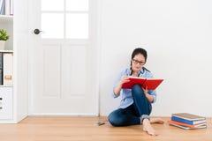 Libro de texto atractivo elegante de la lectura de la mujer del estudiante Fotos de archivo