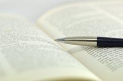 Libro de texto de la abertura en el fondo blanco Foto de archivo libre de regalías