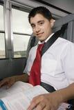 Libro de texto de la lectura del adolescente en autobús Fotos de archivo