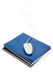 Libro de textos de la escuela y ratón azules del ordenador Imágenes de archivo libres de regalías