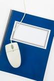 Libro de textos de la escuela y ratón azules del ordenador Fotografía de archivo
