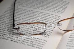 Libro de textos y vidrios imagen de archivo libre de regalías