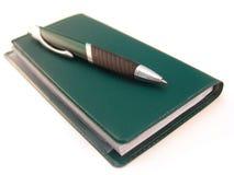 Libro de verificación con la pluma Imagen de archivo