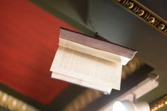 Libro de vuelo en la librería pasada fotos de archivo libres de regalías