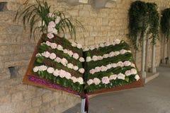 Libro decorato con le rose con il testo di un canto gregoriano della hallelujah immagine stock