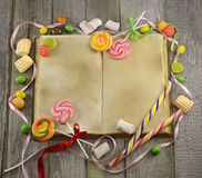 Libro del cocinero con los caramelos Foto de archivo libre de regalías
