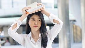 Libro del control de la muchacha para arriba en la cabeza con el pensamiento de la sensación Fotografía de archivo