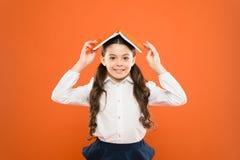 Libro del control del uniforme escolar del ni?o Excitado sobre conocimiento Balanza y positividad de la vida Todo est? bajo contr fotos de archivo libres de regalías