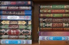 Libro del Corán en estante en la mezquita de Nazaret imagen de archivo