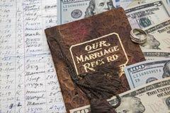 Libro del costo del dinero del anillo de bodas del acuerdo de la boda Fotos de archivo