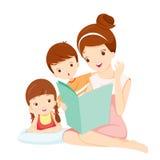 Libro del cuento de la lectura de la madre a la hija y al hijo Foto de archivo libre de regalías