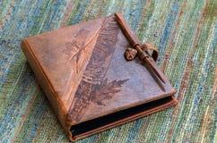 Libro del cuero grabado foto de archivo libre de regalías