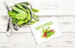 Libro del cuoco di Internet del pc della compressa del libro di ricetta delle verdure di insalata fotografia stock
