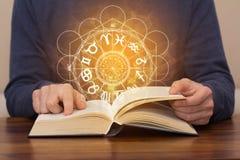 Libro del horóscopo de la astrología foto de archivo libre de regalías