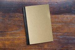 Libro del marrón en ángulo de madera de opinión de sobremesa foto de archivo libre de regalías