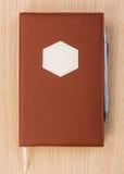 Libro del pianificatore di progetto di affari di anno con la penna Fotografie Stock Libere da Diritti
