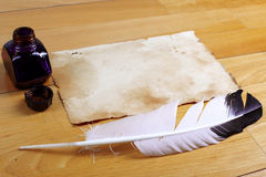 Libro dell'annata con la penna della piuma Fotografie Stock