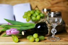 Libro della bottiglia di vino ed uva di vetro Immagine Stock Libera da Diritti