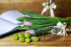 Libro della bottiglia di vino ed uva di vetro Fotografie Stock