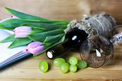 Libro della bottiglia di vino ed uva di vetro Fotografia Stock Libera da Diritti