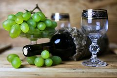 Libro della bottiglia di vino ed uva di vetro Fotografia Stock